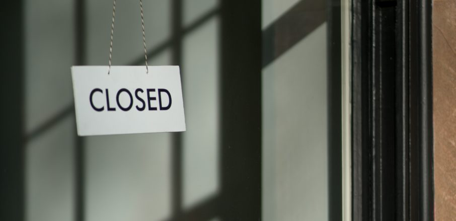 Image of 'closed' sign in shop window Covid 19 business grant fraud